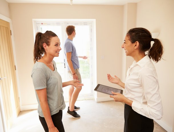 How many properties do house hunters view before making their choice?